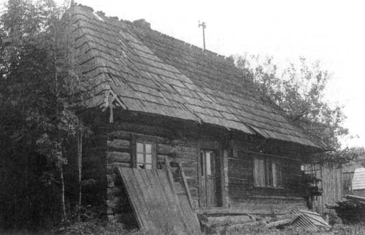 Troj priestorový dom s murovaným komínom a komorou upravenou na bývanie